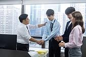 사무실, 한국인, 비즈니스, 비즈니스맨, 성원 (컨셉), 악수, 악수 (제스처), 손잡기 (홀딩), CEO (책임자), 비즈니스 (주제), 칭찬