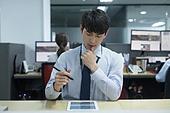 사무실, 한국인, 화이트칼라 (전문직), 신입사원, 인턴, 집중, 걱정 (어두운표정), 스트레스, 스마트기기 (정보장비), 디지털태블릿 (개인용컴퓨터)