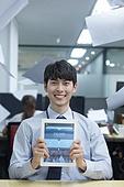 사무실, 한국인, 밝은표정, 디지털태블릿 (개인용컴퓨터), 스마트기기 (정보장비), 웹모바일 (이미지), 모바일결제 (금융아이템), 모바일뱅킹 (인터넷뱅킹)