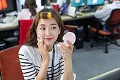 한국인, 라이프스타일, 색조화장 (화장품), 파우더 (색조화장), 헤어스타일, 화장품 (몸단장제품), 사무실 (업무현장)