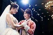 결혼식 (결혼), 신부 (결혼식역할), 엄마, 위로, 감사, 손잡기 (홀딩), 미소