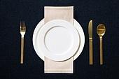접시, 그릇, 사람없음, 실내, 테이블, 식탁보, 정찬, 셀러브리티, 축하카드, 골동품 (구식패션), 숟가락, 포크, 식탁용나이프 (커트러리)