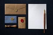 사람없음, 탑앵글, 실내, 테이블, 식탁보, First Class (Vehicle Seat), 축하카드, 골동품 (구식패션), 편지, 씰링왁스 (인장), 만년필 (펜), 편지지