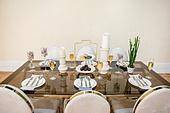접시, 그릇, 사람없음, 실내, 잎, 테이블, 식탁보, 정찬, First Class (Vehicle Seat), 샴페인 (와인), 샴페인잔, 디저트, 마카롱, 머핀, 숟가락, 식탁용나이프 (커트러리), 포크, 초 (조명기구), 화분, 식물