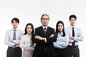 한국인, 비즈니스, 비즈니스 (주제), 심각 (감정), 팔짱[두명이상] (만지기), 갈등, 세대차이 (나이차이)