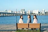 한국인, 한강 (강), 한강공원 (서울), 휴식 (정지활동), 친구, 친구 (컨셉), 함께함 (컨셉), 즐거움 (컨셉), 기쁨 (컨셉), 행복, 행복 (컨셉), 뒤돌아보기 (응시)