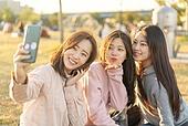 라이프스타일, 한국인, 한강공원 (서울), 소풍 (아웃도어), 소풍, 휴식 (정지활동), 친구, 친구 (컨셉), 즐거움 (컨셉), 기쁨 (컨셉), 행복, 행복 (컨셉), 셀피, 셀프카메라 (포즈취하기), 셀프카메라, 인플루언서 (컨셉), 스마트폰