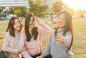 라이프스타일, 한국인, 한강공원 (서울), 소풍 (아웃도어), 소풍, 휴식 (정지활동), 친구, 친구 (컨셉), 즐거움 (컨셉), 기쁨 (컨셉), 행복, 행복 (컨셉), 셀피, 셀프카메라 (포즈취하기), 셀프카메라, 1인미디어 (사회이슈), 인플루언서 (컨셉), 짐벌