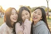 라이프스타일, 한국인, 여성 (성별), 휴식, 소풍 (아웃도어), 휴식 (정지활동), 친구, 친구 (컨셉), 즐거움 (컨셉), 기쁨 (컨셉), 행복, 행복 (컨셉), 욜로 (컨셉)