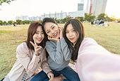 라이프스타일, 한국인, 한강공원 (서울), 소풍 (아웃도어), 소풍, 휴식 (정지활동), 친구, 친구 (컨셉), 즐거움 (컨셉), 기쁨 (컨셉), 행복, 행복 (컨셉), 셀피, 셀프카메라 (포즈취하기), 셀프카메라, 인플루언서 (컨셉)