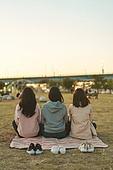 라이프스타일, 한국인, 한강공원 (서울), 소풍 (아웃도어), 소풍, 휴식 (정지활동), 친구, 친구 (컨셉), 함께함 (컨셉), 행복, 행복 (컨셉)