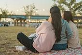 라이프스타일, 한국인, 한강공원 (서울), 소풍 (아웃도어), 소풍, 휴식 (정지활동), 친구, 친구 (컨셉), 함께함 (컨셉), 행복, 행복 (컨셉), 셀프카메라 (포즈취하기), 셀피, 인플루언서