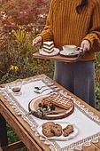 정원, 테이블, 음식, 커피 (뜨거운음료), 라떼, 케이크 (달콤한음식), 와플, 드라이플라워, 커피잔, 식탁보, 레이스 (천), 탑앵글, 포크, 식탁용나이프 (커트러리), 식물, 꽃, 잎, 쿠키, 그릇, 접시, 쟁반 (주방용품), 계절, 가을, 한국인, 동양인 (인종), 여성 (성별), 성인여자, 한명, 들어올리기 (물리적활동), 잡기 (물리적활동), 스웨터 (상의), 뜨거움 (컨셉), 숟가락