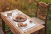 정원, 테이블, 음식, 커피 (뜨거운음료), 라떼, 케이크 (달콤한음식), 와플, 드라이플라워, 커피잔, 식탁보, 레이스 (천), 탑앵글, 포크, 식탁용나이프 (커트러리), 식물, 꽃, 잎, 쿠키, 그릇, 접시, 쟁반 (주방용품), 계절, 가을, 사람없음, 의자 (좌석), 뜨거움 (컨셉), 숟가락