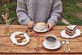 정원, 테이블, 음식, 커피 (뜨거운음료), 라떼, 케이크, 드라이플라워, 커피잔, 탑앵글, 숟가락, 포크, 식물, 꽃, 잎, 쿠키, 그릇, 접시, 계절, 가을, 뜨거움, 한국인, 동양인 (인종), 여성, 성인여자, 한명, 잡기 (물리적활동), 스웨터, 들어올리기 (물리적활동), 앉기