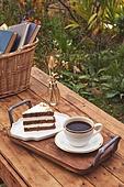 사진, 정원, 테이블, 사람없음, 계절, 가을, 음식, 케이크, 커피잔, 커피 (뜨거운음료), 탑앵글, 바구니, 소풍바구니 (바구니), 천, 책, 쟁반 (주방용품), 디저트, 휴양 (컨셉)