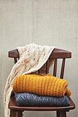 사진, 계절, 가을, 사람없음, 의자 (좌석), 앞모습 (카메라앵글), 스웨터 (상의), 목도리