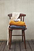 사진, 계절, 가을, 사람없음, 의자 (좌석), 앞모습 (카메라앵글), 스웨터 (상의), 털실, 목도리
