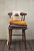 사진, 계절, 가을, 사람없음, 의자 (좌석), 앞모습 (카메라앵글), 스웨터 (상의), 털실, 바구니, 목도리
