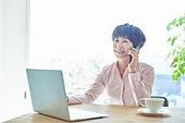 중년여자 (성인여자), 스타트업 (소기업), 비즈니스우먼 (사업가), 미소, 스마트폰, 통화중
