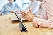 중년여자 (성인여자), 스타트업 (소기업), 비즈니스우먼 (사업가), 디지털태블릿 (개인용컴퓨터), 사람손 (주요신체부분), 설명