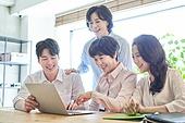 중년여자 (성인여자), 스타트업 (소기업), 비즈니스우먼 (사업가), 비즈니스미팅 (미팅), 설명, 미소