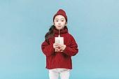 어린이 (나이), 겨울, 따뜻한옷 (옷), 스웨터 (상의), 니트모자, 귀여움, 음료 (Food And Drink), 마시기 (입사용), 빨대