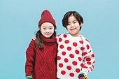 어린이 (나이), 겨울, 따뜻한옷 (옷), 스웨터 (상의), 니트모자, 터틀넥, 친구, 어깨동무, 미소