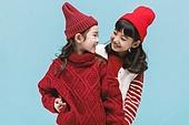 어린이 (나이), 겨울, 따뜻한옷 (옷), 스웨터 (상의), 니트모자, 미소, 친구, 백허그