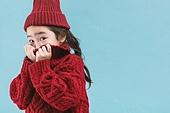 어린이 (나이), 겨울, 따뜻한옷 (옷), 스웨터 (상의), 니트모자, 터틀넥, 숨기 (움직이는활동), 수줍음 (감정)