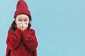 어린이 (나이), 겨울, 따뜻한옷 (옷), 스웨터 (상의), 니트모자, 터틀넥, 숨기 (움직이는활동), 미소, 수줍음