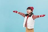 어린이 (나이), 겨울, 장갑 (의복), 니트모자 (모자), 소녀, 미소, 눈 (얼어있는물), 팔벌리기 (제스처)