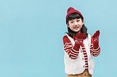 어린이 (나이), 겨울, 장갑 (의복), 니트모자 (모자), 소녀, 미소, 눈 (얼어있는물)