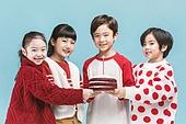 어린이 (나이), 겨울, 케이크, 생일, 파티, 미소, 밝은표정
