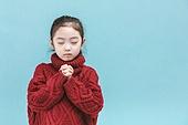 어린이 (나이), 겨울, 소녀, 기도 (커뮤니케이션컨셉), 눈감음 (정지활동)