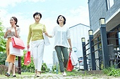 한국인, 중년여자 (성인여자), 쇼핑 (상업활동), 걷기 (물리적활동), 미소, 대화
