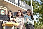 라이프스타일, 한국인, 한강 (강), 한강공원 (서울), 배달부, 배달음식, 배달, 음식, 피자, 신용카드결제 (신용카드), 지불 (구매), 배고픔 (물체묘사)