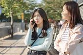 서울 (대한민국), 라이프스타일, 한국인, 기다림, 기다림 (정지활동), 약속, 화 (컨셉), 짜증 (컨셉), 불만 (컨셉), 불쾌함 (어두운표정), 통화중 (움직이는활동), 전화걸기 (움직이는활동)