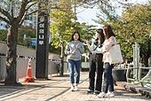서울 (대한민국), 라이프스타일, 한국인, 지각 (움직이는활동), 기다림, 기다림 (정지활동), 약속, 전철역 (역), 화 (컨셉), 짜증 (컨셉), 불만 (컨셉), 불쾌함 (어두운표정)