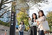 서울 (대한민국), 라이프스타일, 한국인, 지각 (움직이는활동), 기다림, 기다림 (정지활동), 약속, 전철역 (역), 화 (컨셉), 짜증 (컨셉), 불만 (컨셉), 불쾌함 (어두운표정), 시간체크 (움직이는활동)