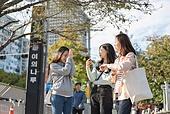 서울 (대한민국), 라이프스타일, 한국인, 지각 (움직이는활동), 기다림, 기다림 (정지활동), 약속, 전철역 (역), 화 (컨셉), 짜증 (컨셉), 불만 (컨셉), 불쾌함 (어두운표정), 죄책감 (컨셉)