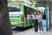 라이프스타일, 한국인, 도시풍경, 대중교통 (운수), 지각 (움직이는활동), 기다림, 기다림 (정지활동), 버스정류장 (인공구조물), 버스, 버스 (육상교통수단), 불안 (컨셉), 도시생활