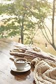 창문 (인조물건), 카페, 계절, 가을, 겨울, 뜨거움 (컨셉), 니트천 (천), 스웨터 (상의), 전구 (전등빛), 테이블, 커피 (뜨거운음료), 커피잔, 아메리카노, 목화, 목화솜