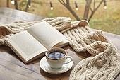 창문 (인조물건), 카페, 계절, 가을, 겨울, 뜨거움 (컨셉), 니트천 (천), 스웨터 (상의), 전구 (전등빛), 테이블, 커피 (뜨거운음료), 커피잔, 책, 아메리카노