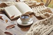 창문 (인조물건), 카페, 계절, 가을, 겨울, 뜨거움 (컨셉), 니트천 (천), 스웨터 (상의), 전구 (전등빛), 테이블, 커피 (뜨거운음료), 커피잔, 책, 아메리카노, 단풍잎 (잎)