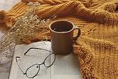 창문 (인조물건), 카페, 계절, 가을, 겨울, 뜨거움 (컨셉), 니트천 (천), 스웨터 (상의), 전구 (전등빛), 테이블, 커피 (뜨거운음료), 커피잔, 책, 안경, 드라이플라워, 안개꽃, 머그잔, 아메리카노