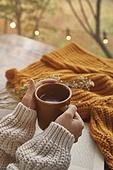 실내, 창문, 카페, 계절, 가을, 겨울, 뜨거움, 니트천, 스웨터, 전구 (전등빛), 테이블, 커피 (뜨거운음료), 커피잔, 책, 아메리카노, 사람손, 잡기 (물리적활동), 한국인, 동양인 (인종), 성인여자