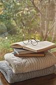 실내, 창문, 카페, 계절, 가을, 겨울, 뜨거움, 니트천, 스웨터, 전구 (전등빛), 테이블, 책, 안경