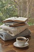 실내, 창문, 카페, 계절, 가을, 겨울, 뜨거움, 니트천, 스웨터, 전구 (전등빛), 테이블, 커피 (뜨거운음료), 커피잔, 책, 아메리카노, 안경