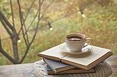 실내, 창문, 카페, 계절, 가을, 겨울, 뜨거움, 니트천, 스웨터, 전구 (전등빛), 테이블, 커피 (뜨거운음료), 커피잔, 책, 아메리카노